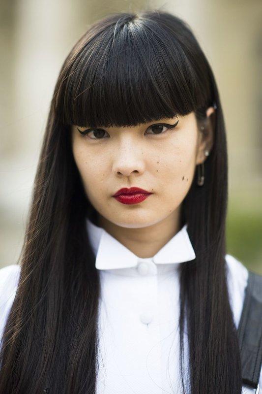 Девушка с прямыми волосами и ровной челкой