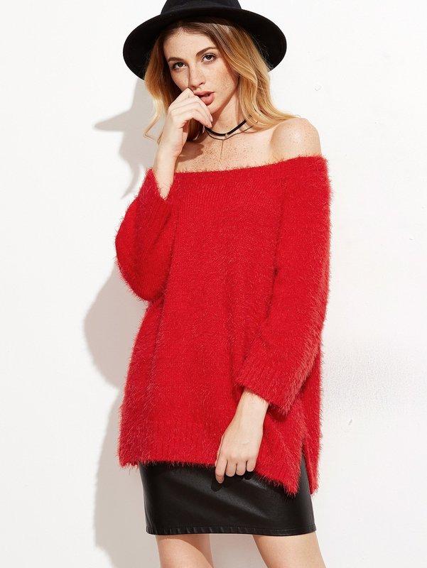Девушка в свитере с открытыми плечами и кожаной юбке