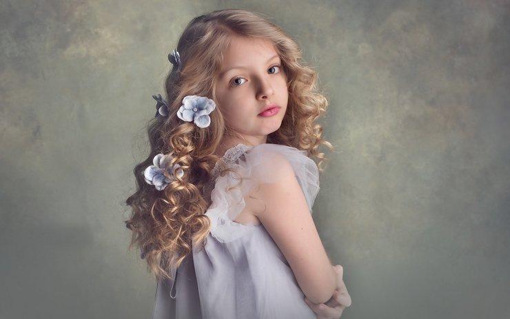 Красивая прическа на девочке