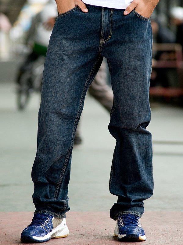 Мужчина в широких джинсах