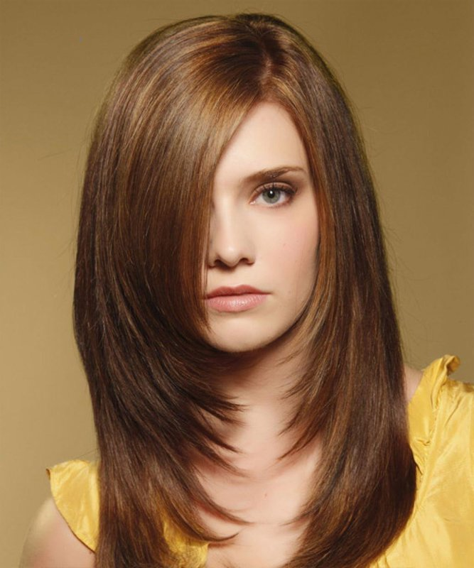 Девушка со стрижкой лесенка и косой челкой