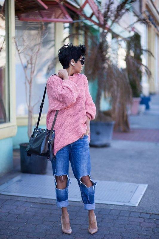 Девушка в свитере оверсайз с джинсами бойфрендами