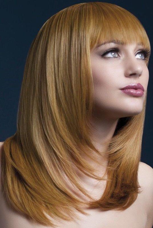 Девушка с плавным переходом на волосах и длинной челкой