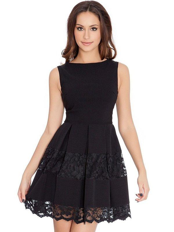 Девушка в черном коктейльном платье с кружевом на юбке