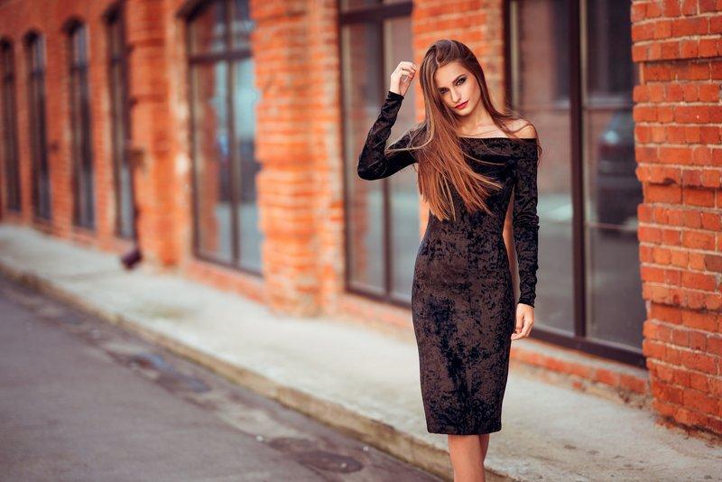 Девушка в коктейльном бархатном платье с рукавами