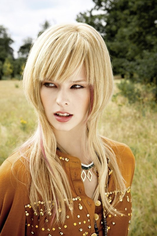 """Девушка со стрижкой """"шапочка"""" на длинные волосы с челкой"""