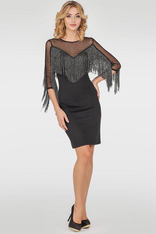 Девушка в коктейльном платье с бахромой на зоне декольте