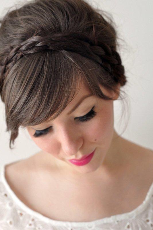 Девушка с пучком и косой челкой