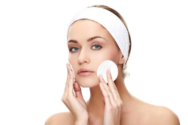 Подготовка к нанесению маски из желатина на кожу лица