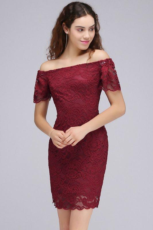 Девушка в бордовом кружевном коктейльном платье с открытыми плечами