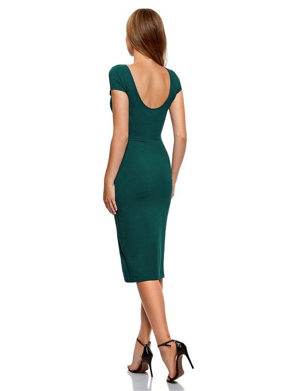 Девушка в коктейльном платье-футляр с вырезом на спине