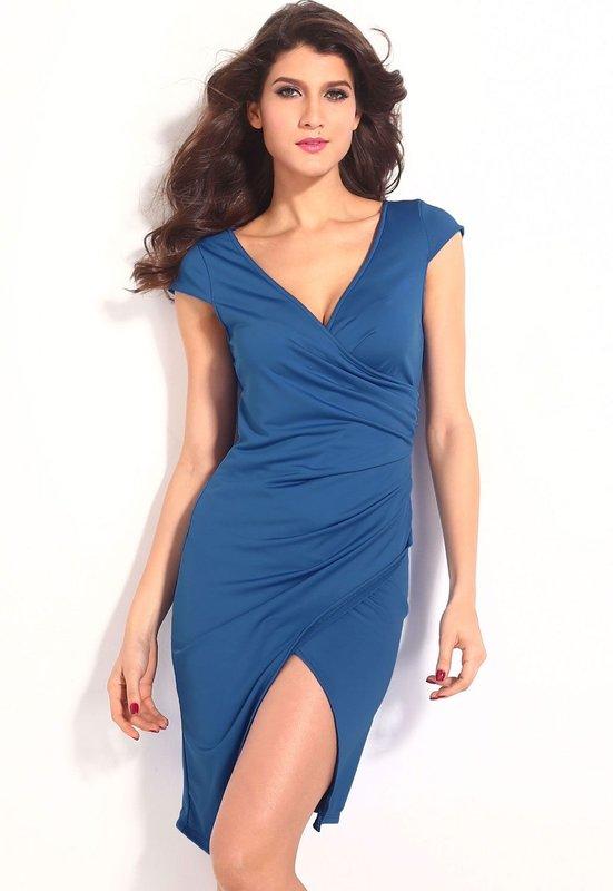 Девушка в коктейльном платье с глубоким V-вырезом
