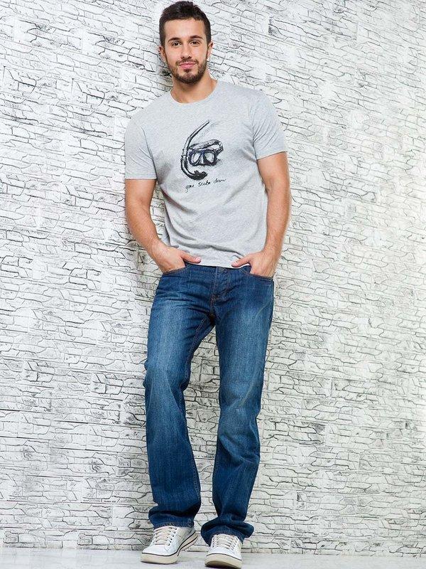 Мужчина в футболке и широких джинсах