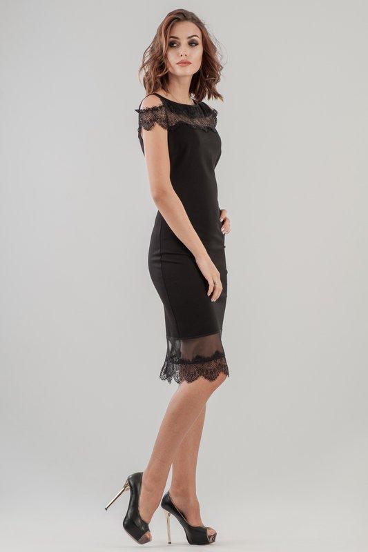 Девушка в черном коктейльном платье-футляр с кружевом