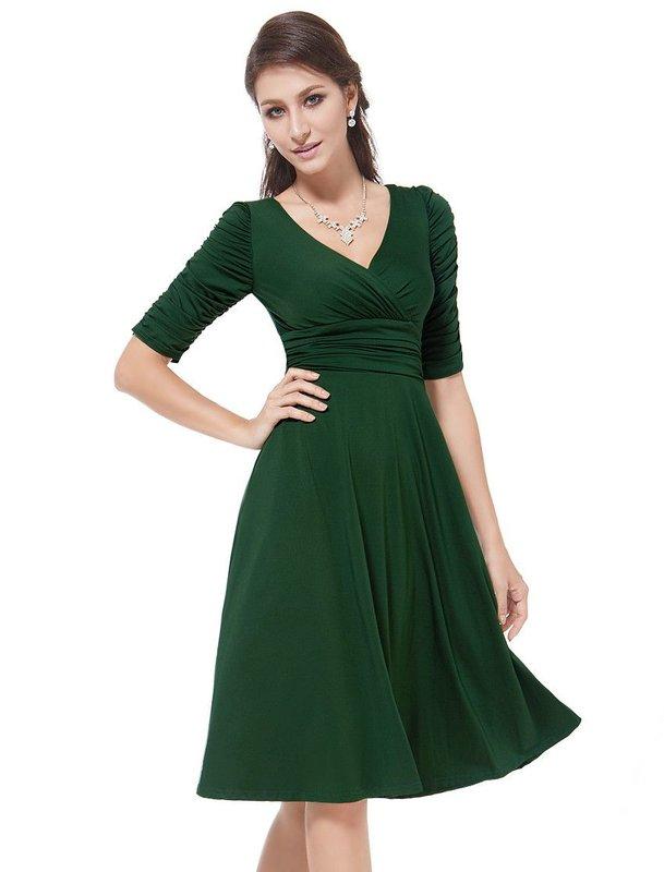 Девушка в коктейльном платье с длиной рукавов до локтя