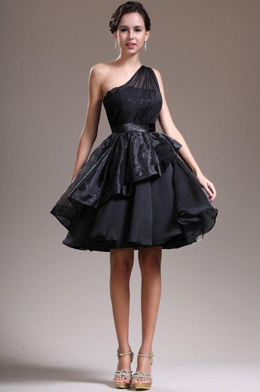 Девушка в коротком черном пышном коктейльном платье