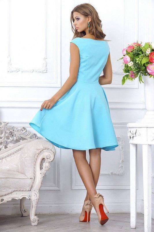 """Девушка в голубом коктейльном платье с вырезом """"лодочка"""" и юбкой-солнце"""