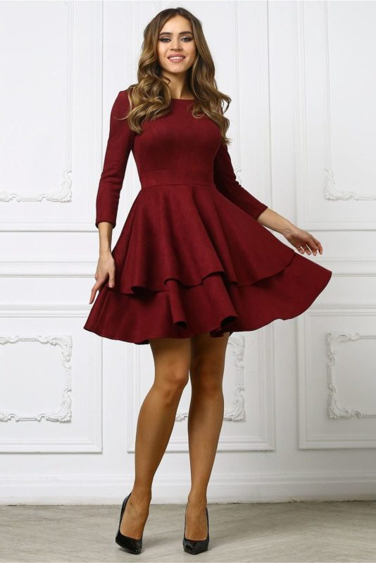 Девушка в бордовом пышном коктейльном платье
