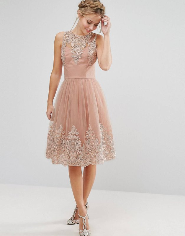 Девушка в бежевом коктейльном платье миди с кружевом