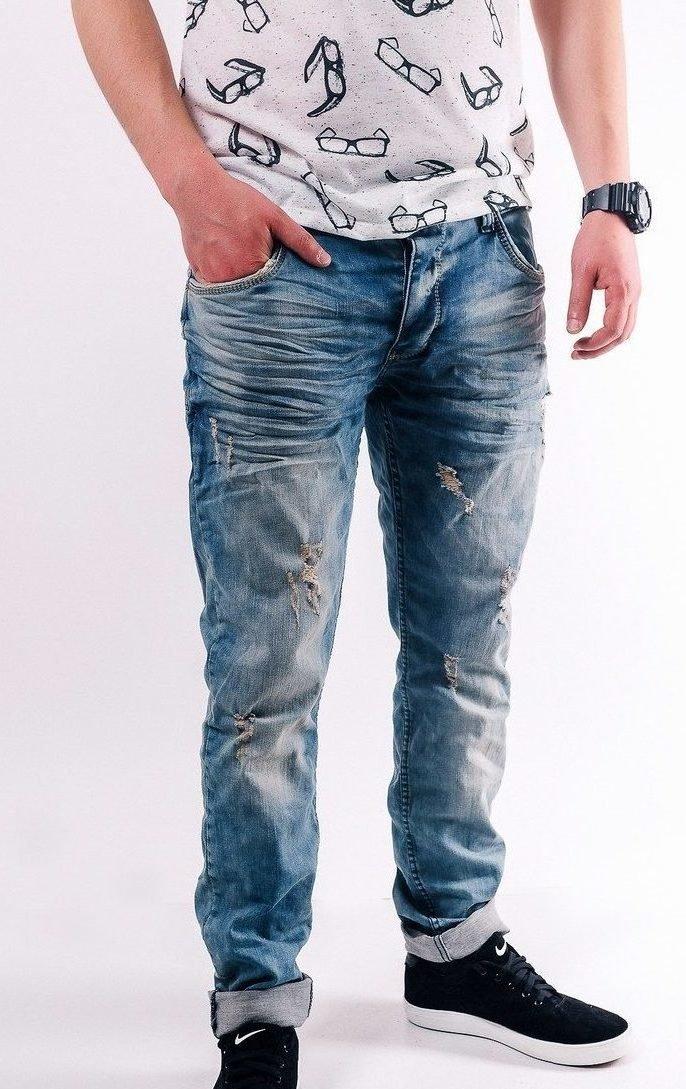 Потёртые джинсы и футболка