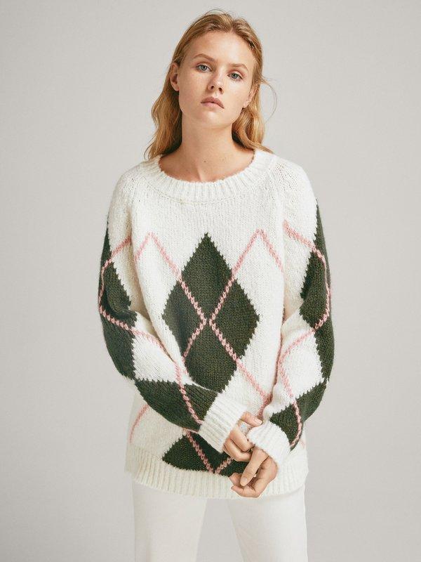 Девушка в свитере с ромбовидным рисунком