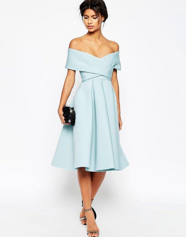 Девушка в коктейльном платье со спущенными бретелями