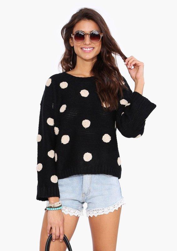 Девушка в свитере в крупный горох и шортах