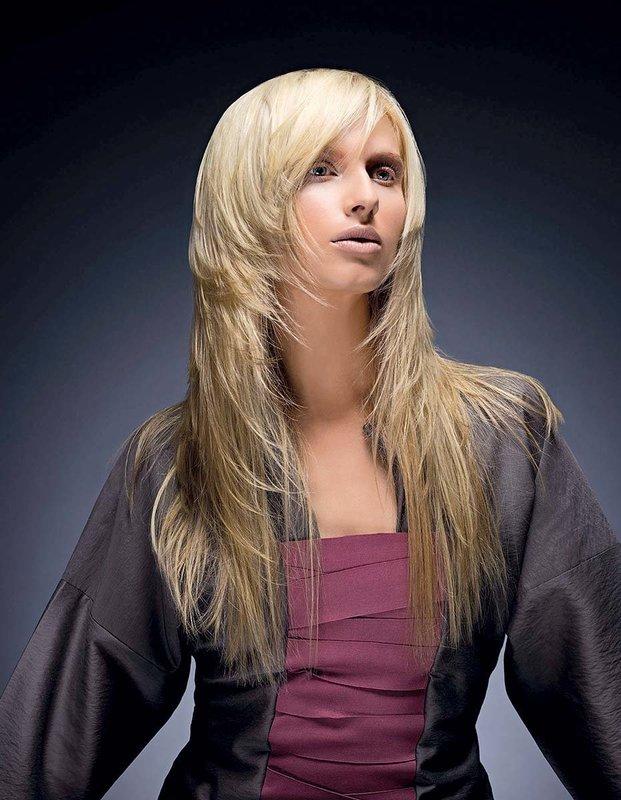 """Девушка со стрижкой """"каскад"""" на длинные волосы в сочетании с челкой"""