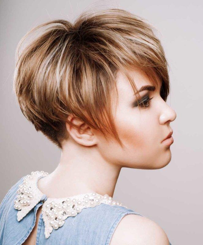 Девушка с короткой стрижкой и косой челкой