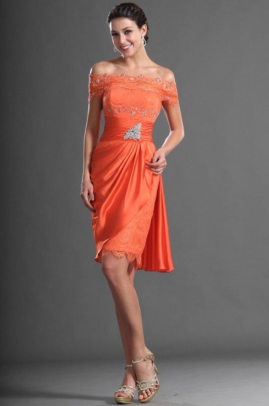 Девушка в оранжевом коктейльном платье с открытыми плечами и стразами