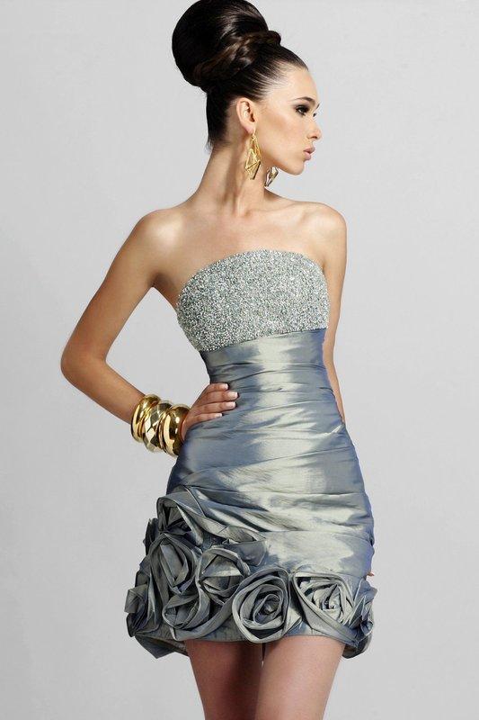 Девушка в коктейльном платье со стразами на лифе