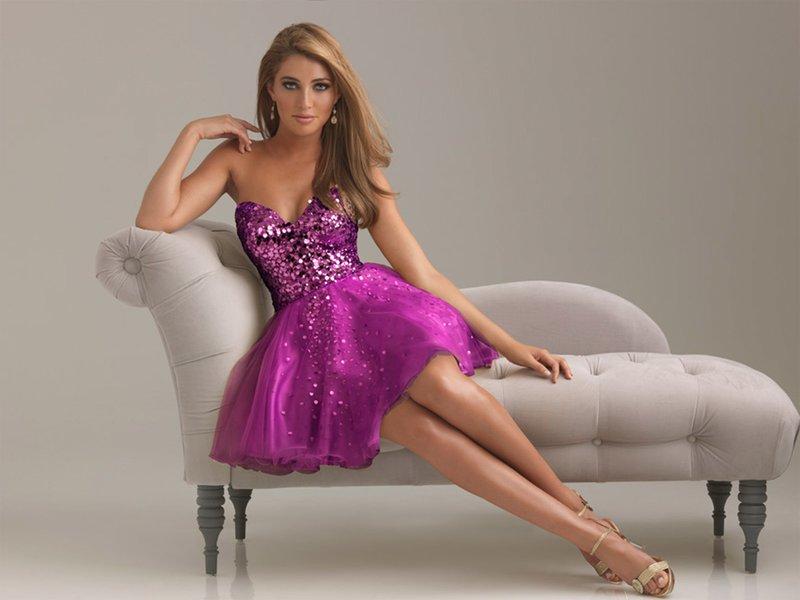 Девушка в коктейльном платье яркого цвета