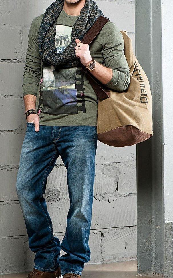 Мужчина в чёрной футболке и широких джинсах