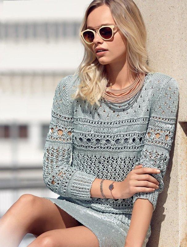 Девушка в ажурном свитер-платье