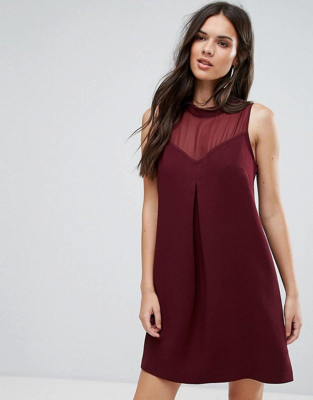"""Девушка в бордовом коктейльном платье А-силуэта с вырезом """"сердце"""""""