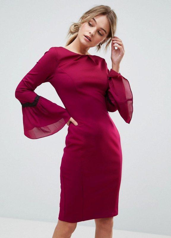 Девушка в коктейльном платье с рукавами-колоколами