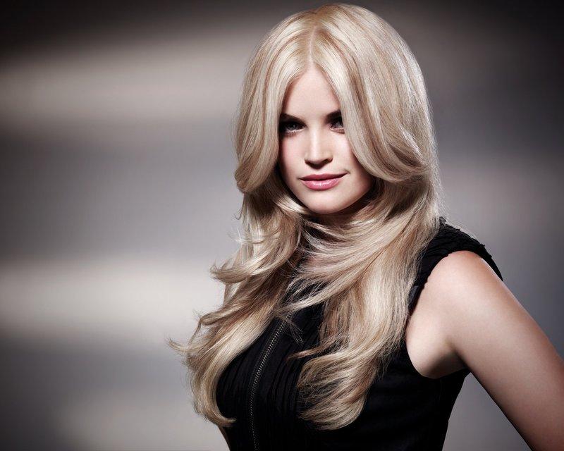 Блондинка с длинной челкой