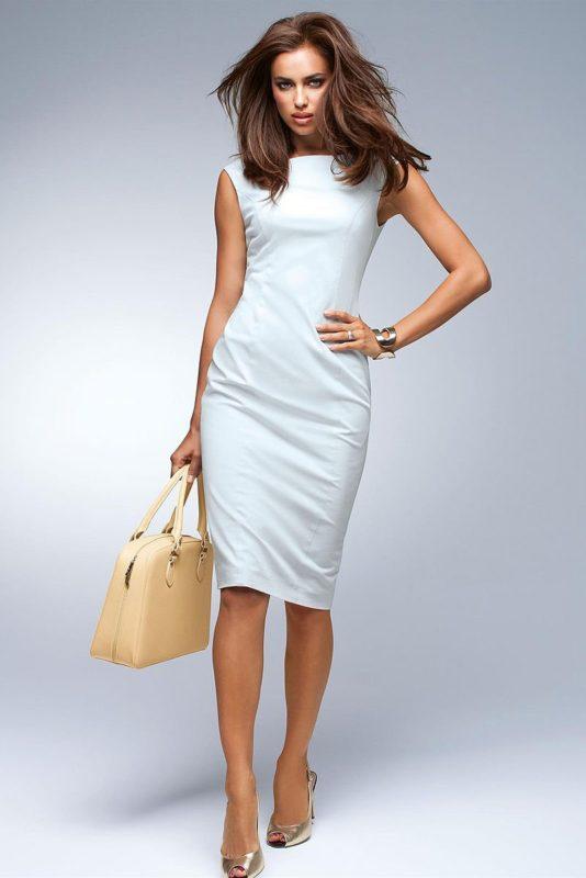 """Девушка в белом коктейльном платье-футляр с вырезом """"лодочка"""""""