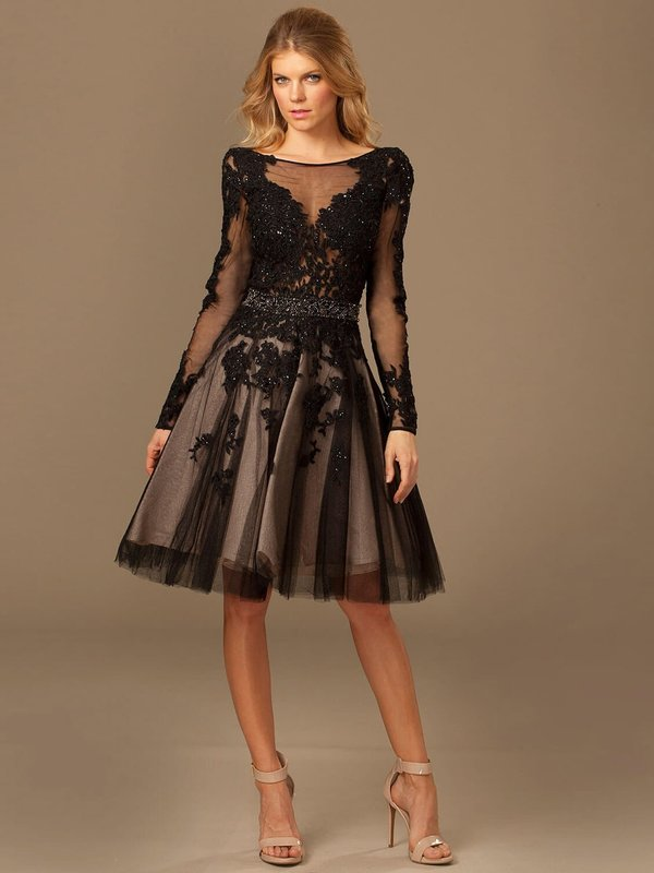 Девушка в черном коктейльном платье с кружевом