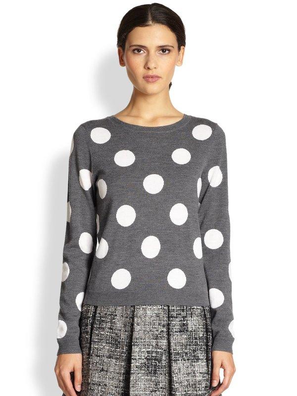Девушка в свитере с гороховым принтом и юбке
