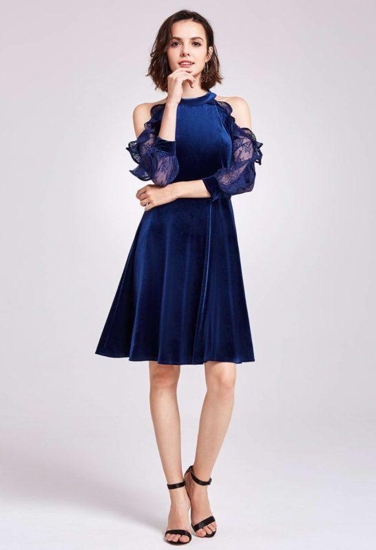 Девушка в темно-синем бархатном коктейльном платье с открытыми плечами