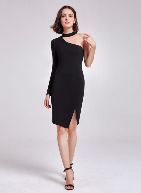 Девушка в черном коктейльном платье с рукавом на одно плечо