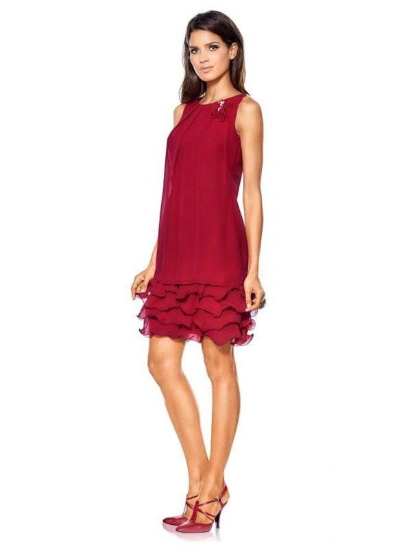 Девушка в коктейльном платье с рюшами на подоле