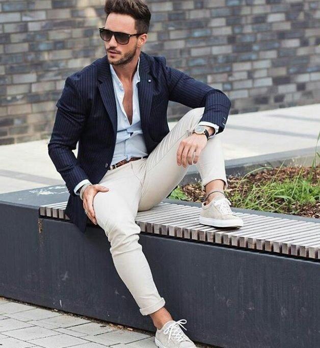 Мужчина в белых джинсах