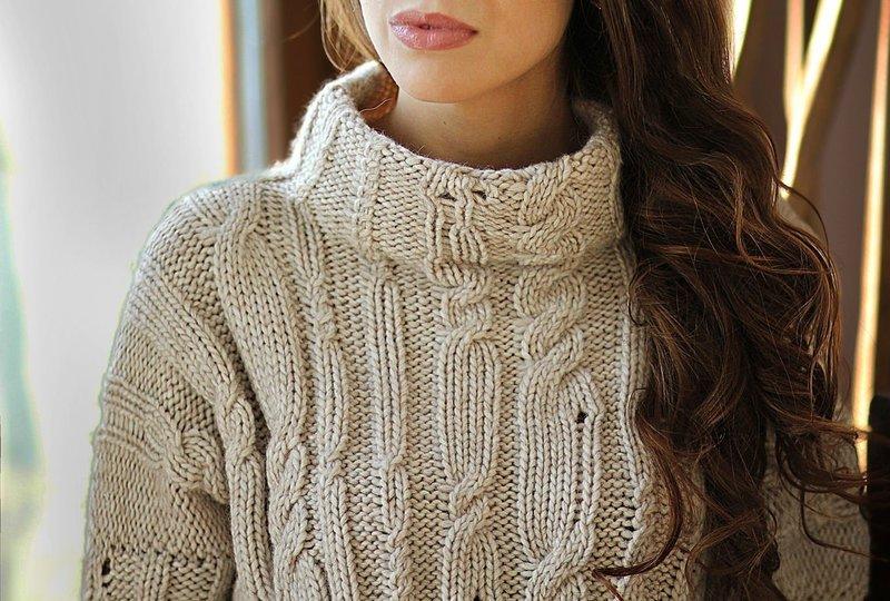 Девушка в свитере с оригинальной вязкой