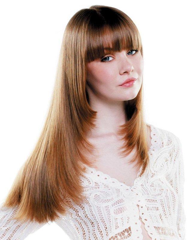 """Девушка со стрижкой """"лесенка"""" на длинные волосы в сочетании с челкой"""