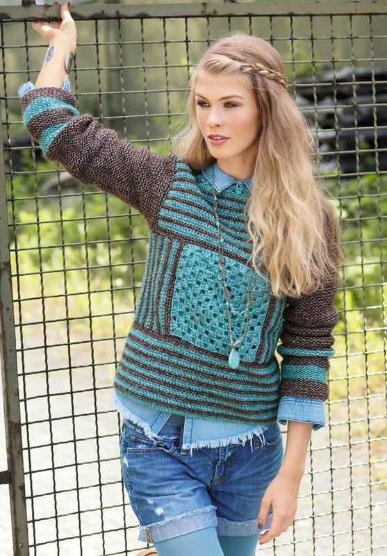 Девушка в свитере с рисунком в виде полосок и квадратов