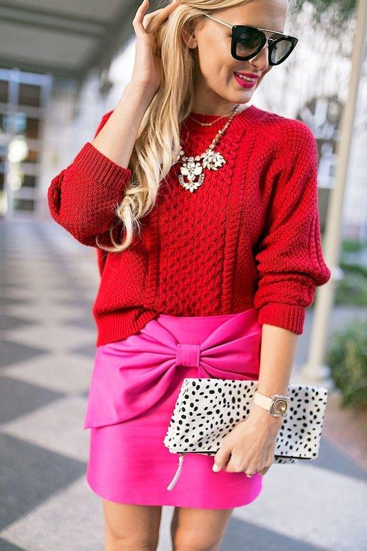 Девушка в красном свитере и розовой юбке