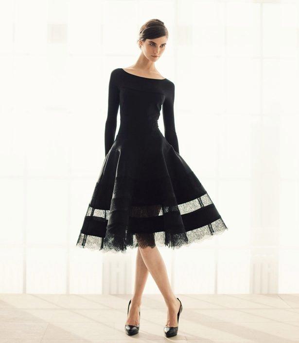 Девушка в черном коктейльном платье А-силуэта