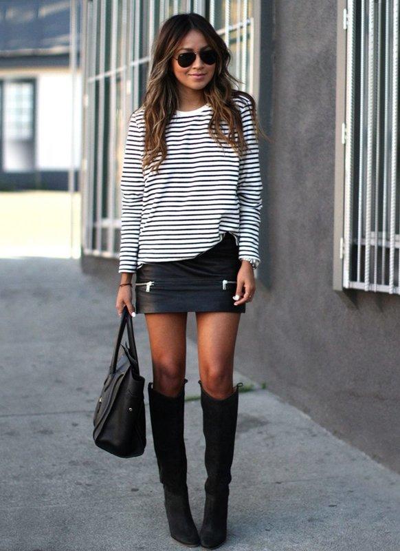 Девушка в свитере в горизонтальную полоску и мини-юбке